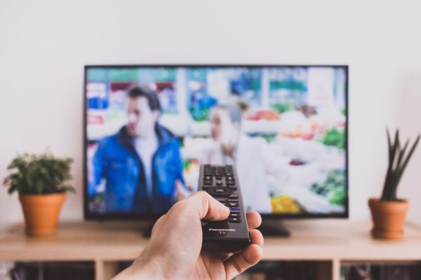 remote_control_pointed_at_a_tv_screen-1000x667